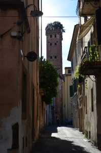 alughs and chats in Lucca